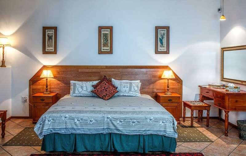 bedroom-bed-bedside-lamp